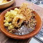 ビュッフェレストランAOW - モレカレー ジャンバラヤと揚げ麺・オニオンリングトッピング