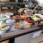 ビュッフェレストランAOW - ブッフェ台① いろんな国のサラダ