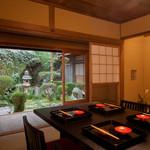 大文字屋 龍田川 - 芭蕉の弟子が彫った歌碑が遺る庭をのぞむ個室