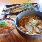屋久どん - 料理写真:うどんのDセット(屋久島うどん➕刺身ミニヅケ丼) ¥1050 奥 飛魚の姿揚げ¥750