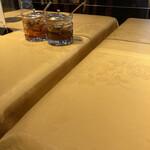 153796809 - テーブルの上には、玉ねぎの漬物と、リンゴノチャツネが置いてあります。