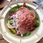 エリック・ローズ - ほうれん草、紫キャベツ、玉葱、パプリカ、ピンクの千切りは茗荷?茗荷ほど癖は無いなぁ~
