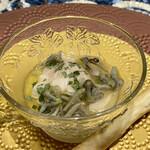 クリマ ディ トスカーナ - ガスパッチョ ジャッロ 島根益田の鴨島ハマグリ 秋田ジュンサイ 冷たいガスパッチョは、トマトにゴールデンキウイを使いすっきりとした酸味と甘さの夏らしい味わいです。  蛤は噛むと旨味が溢れてきます。