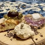 クリマ ディ トスカーナ - パスティッチーニ(小菓子) ◆ 自家製のマロングラッセ ◆ スパイスを使ったギモーヴ(マシュマロ) ◆ ブルッティマブオーニ(不細工だけど美味しいと呼ばれるお菓子) ◆ カンテゥッテ(硬いクッキー)