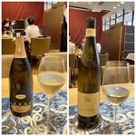 クリマ ディ トスカーナ - 左:まずはCOSTARIPA MATTIA VEZZOLA BRUTから、スパークリングワインとして実にシャープでフルーティーな味わい、価格もお手頃でとても好きなのです♪ 右は白ワインです♪