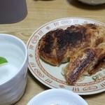 餃子の横綱 - 少し焼きすぎたけど、ここの餃子は焼くのに失敗しない。中身ジューシーで外はカリカリ。