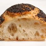 パネ・ポルチーニ - ケシの実パンの断面