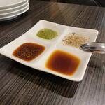 羽根付き餃子とイタリアンのお店 ベンヴェヌート - 四種のつけタレ、左上がバジルソース