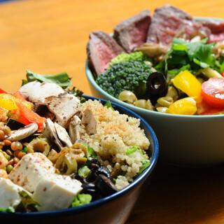 有機野菜を豊富に使用した「グレインズサラダビュッフェ」が人気