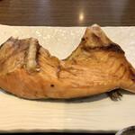 おいしい魚を食べさせる店 魚可津 - 鮭のカマ塩焼き