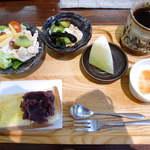 じょあん - モーニング(¥450)。小倉トースト、野菜&フルーツのサラダ、温泉玉子、ヨーグルト、メロンが付く