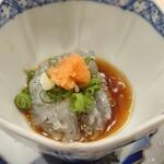 季節料理と地酒 裕 - 生しらすをポン酢と紅葉おろしで。自家製ポン酢が此処でもいい仕事をしている。タイミングにもよるが日本中のイイとこの魚をいただけるのが嬉しい。