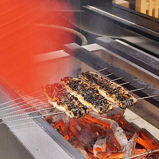 老舗問屋の目利きが吟味。旬のうなぎをオリジナル備長炭で焼く!