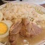 ラーメン二郎 - 小ラーメン(700円)麺少なめ、ニンニクアブラ、ネギ(100円)&煮玉子(100円)。