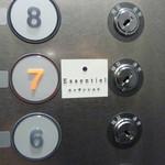 エッサンシエル - エレベーター内のボタンにも表示がありました。ドアが開くと、店内です!!
