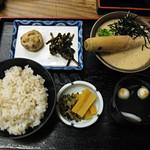 知客茶家 - トロロとご飯。小鉢とお吸い物がついたセット。どれも優しい味付けです。