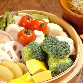 せいろで蒸した旬の温野菜バーニャカウダを自家製ソースで