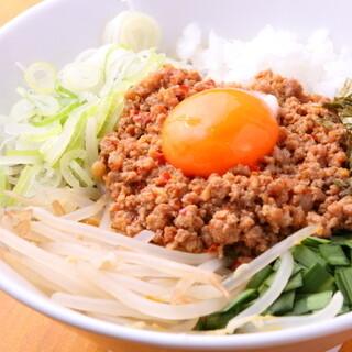 シャキシャキ野菜とニンニクが効いた味わいの「汁なし台湾」も!