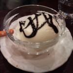カフェ・アレグレ - バニラアイスクリーム(チョコソース)