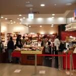 """153993602 - """"ル パン ドゥ ジョエル・ロブション 渋谷ヒカリエShinQs店""""の外観。"""