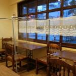 ビストロ福昇亭 - 店内。透明な仕切りはご主人お手製。