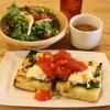 アヴェーレ - 料理写真:2012.10 ランチのフォカッチャ(850円)大盛りサラダ、スープ、デザート、コーヒーor紅茶つき
