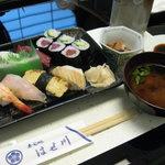 寿司処はせ川 - ランチ:にぎり寿司(並)1050円小鉢と味噌汁付き 2012.10.19撮影