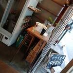 154042201 - 左側の白い冷蔵庫横にあるサーバーが、                         クラフトビールのサーバーです♪                         (造りはどうなってるんだろ?(°Д°)面白い♪(゚∀゚))                         解放した出入口に蚊取り線香が置いてあったり…                         さすが古民家♪