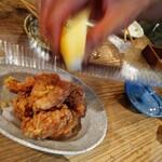 中町食堂 - ◯塩レモン唐揚げ (テーブルでレモンをすりおろしてくれる) レモンの爽やかな香りがブワッ!!.゚+.(・∀・)゚+.゚ レモンサワーのレモンも、こちらも、 こだわりの熊本県産のレモンだそう!