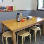 ラーメン華力 - テーブル席