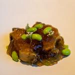 レストラン オオツ - 2021.7 地物大洗産蒸し黒鮑 鮑出汁の煮凝り トランペットズッキーニ アニスの花 群馬産枝豆「味緑」