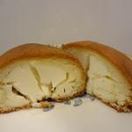 新生堂 - 中はこんな。クリームチーズと生地が融合るすんです、食べると。