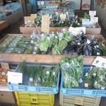 15409122 - 地元の新鮮野菜が安い価格で並ぶ