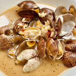 味仙 - 浅蜊炒めは唐辛子とにんにくたっぷり これもワイルドな印象です
