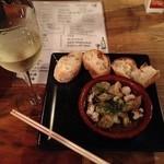 スペインバルテラマチ - 白ワインと、海老・アサリ・タコのアヒージョ(料理、酒、オール350円につき)写真の状態で正味700円、チャージなし