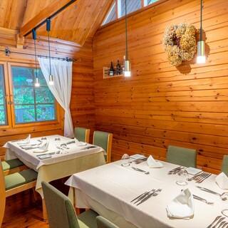 高原リゾートをイメージした木の香りが漂うログハウスレストラン