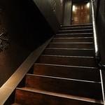 やきとり家すみれ - 階段を上った2階右手側に入口があります