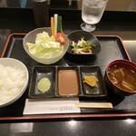 154177730 - 生野菜 ご飯 お味噌汁 小鉢                       抹茶塩 ソース お漬物