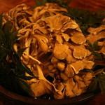 フクサコ - 10月山形朝日連峰から天然まい茸が。100本の木をめぐってやっと1本見つかるかの幻の舞茸。香り最高。