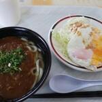 とみよし食堂 - カレーうどん350円と目玉焼き150円