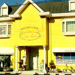 アリス・ファーム - 黄色い壁が印象的なお店の外観写真になります♪