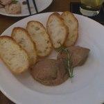 カルペディエム - 鶏のレバーのパテ。トーストはお代わりOK