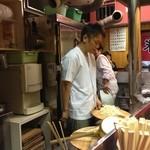 久留米屋ラーメン - まさに、これから、麺を湯掻きます
