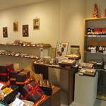 菓子処 典 - ハロウィンが近かったんで店内はちなんだ飾りやお菓子が綺麗に並んでいました