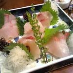かおちゃん家deめしくい亭 - 神津島で釣ってきた魚たちを盛り込んだ「神津盛り」カンパチ・シマアジ・クエ
