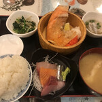 タカマル鮮魚店 - 焼鮭定食500円。どう見ても500円の定食ではありません(笑)。お刺身もキチンとしていて、全体的にとても美味しかったです(╹◡╹)。後口は塩辛いですので、覚悟は必要かもしれません(笑)