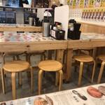タカマル鮮魚店 - 店内。9時を過ぎると空席が目立つようです。床には雀さんが現れますので、嫌な方は奥の席がいいと思います。