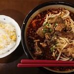知音食堂 - ランチメニューより 「特製牛肉ラーメン (激辛)」