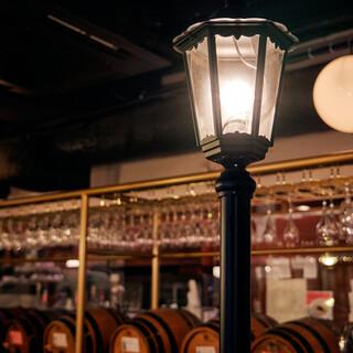 扉を開ければ樽ワインがお出迎え。パリのビストロのような空間☆