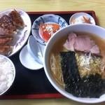 るんるん - 料理写真:ラーメンに 餃子のセット(ライス+刺身)